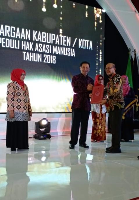 Kepedulian Atas HAM di Daerah, Bupati Bombana Terima Penghargaan dihari HAM Sedunia